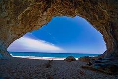 Vacances de ciel bleu de mer de caverne de paradis Images libres de droits