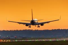 Vacances de vacances de coucher du soleil du soleil d'aéroport de Stuttgart d'atterrissage d'avion Photographie stock libre de droits