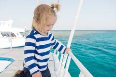 Vacances de croisière de famille Croisière de déplacement de mer d'enfant en bas âge de garçon d'enfant L'enfant dans la chemise  Photo stock