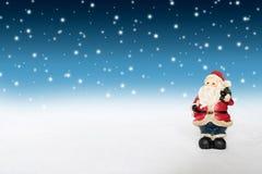 Vacances de décoration de Noël avec Santa Claus et le bonhomme de neige sur le sno Image libre de droits