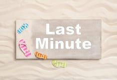 Vacances de dernière minute : réservant un vol ou un hôtel pour des vacances d'emploi dessus Image stock