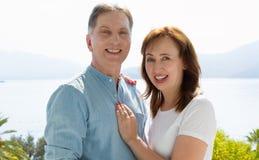 Vacances de famille d'été Couples âgés moyens heureux ayant l'amusement le week-end de vacances de voyage Fond de mer et de plage photographie stock libre de droits