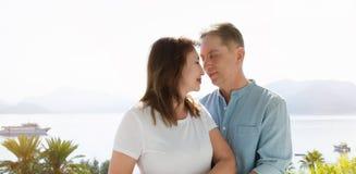 Vacances de famille d'été Couples âgés moyens heureux ayant l'amusement le week-end de vacances de voyage Fond de mer et de plage images stock