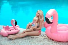 Vacances de famille d'été Portrait blond de filles de sembler de mode beaut Photographie stock