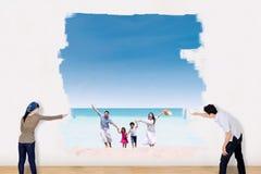 Vacances de famille de peinture de couples à la plage images stock
