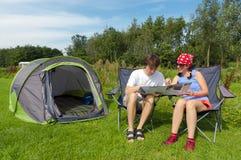 Vacances de famille en campant Images stock