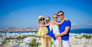Vacances de famille en Europe Fond de parents et d'enfants la vieille ville en île de Mykonos, Grèce Photos libres de droits