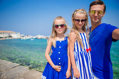 Vacances de famille en Europe Père et enfants prenant la ville de Mykonos de fond de selfie en Grèce Photo libre de droits