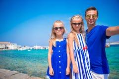 Vacances de famille en Europe Père et enfants prenant la ville de Mykonos de fond de selfie en Grèce Photographie stock libre de droits