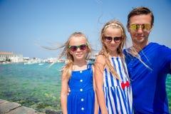 Vacances de famille en Europe Père et enfants prenant la ville de Mykonos de fond de selfie en Grèce Photos stock