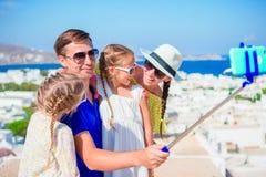 Vacances de famille en Europe Parents et enfants prenant l'île de Mykonos de fond de selfie Photo libre de droits