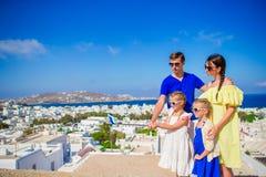 Vacances de famille en Europe Parents et enfants prenant la ville de Mykonos de fond de selfie en Grèce Photo stock