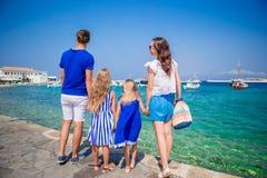 Vacances de famille en Europe Parents et enfants regardant la vieille ville Chora en île de Mykonos, Grèce Images libres de droits