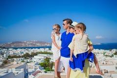 Vacances de famille en Europe Parents et enfants regardant le paysage urbain de l'île de Mykonos en Grèce Photographie stock