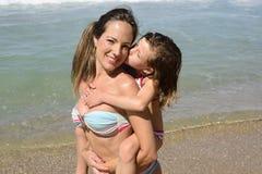 Vacances de famille : Enfant embrassant la mère Images libres de droits