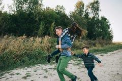 Vacances de famille par la rivière Photographie stock