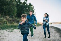 Vacances de famille par la rivière Image libre de droits