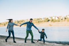 Vacances de famille par la rivière Photographie stock libre de droits