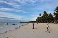 Vacances de famille sur la plage photos stock