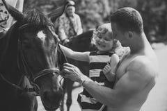 Vacances de famille Thérapie équine, concept de récréation Photo stock