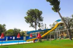 Vacances de golf par la piscine avec des glissières Photos libres de droits