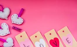 Vacances de jour du ` s de Valentine belles décorations fabriquées à la main pendant un Saint Valentin sur le fond rose je t'aime Image stock