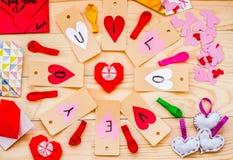 Vacances de jour du ` s de Valentine labels de coeurs de papier fabriqué à la main sur le fond rustique en cercle Image libre de droits