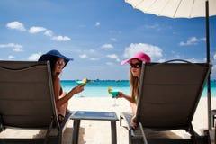 Vacances de luxe pour la femme. Plage tropicale blanche. images stock