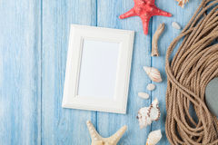 Vacances de mer avec le cadre vide de photo, les poissons d'étoile et la corde marine Photographie stock