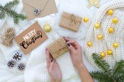 Vacances de Noël Carte de voeux fabriquée à la main de Joyeux Noël avec le lettrage de main Composition en Noël La femme tient un photo stock