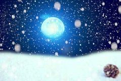 Vacances de Noël Champ, ciel nocturne et lune de bâche de neige Concept de Noël et d'an neuf Les éléments de ce b meublé par imag photo libre de droits
