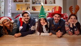 Vacances de Noël - groupe d'amis se trouvant sur le plancher Photos libres de droits