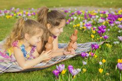 Vacances de Pâques, vacances de famille, joie et concept de ressort photographie stock