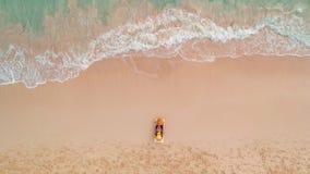 Vacances de plage en île tropicale de paradis, femme sexy de bronzage détendant sur le fond idyllique d'été dans l'eau claire et  clips vidéos