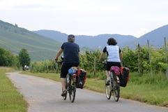 Vacances de recyclage le long des vignobles sur la rivière la Moselle photographie stock