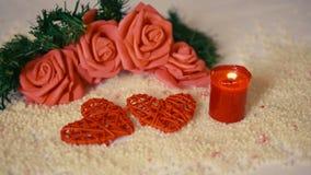 Vacances de Saint Valentin avec la fleur de décoration et la longueur brûlante de bougie banque de vidéos