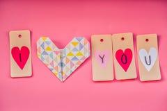 Vacances de Saint Valentin belles décorations fabriquées à la main pendant un Saint Valentin sur le fond rose je t'aime labels et Image stock