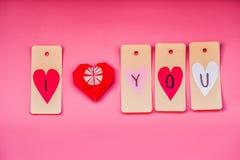 Vacances de Saint Valentin belles décorations fabriquées à la main pendant un Saint Valentin sur le fond rose je t'aime labels et Photographie stock