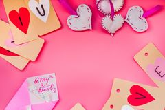 Vacances de Saint Valentin décorations fabriquées à la main pendant un Saint Valentin sur le fond rose je t'aime labels, coeurs e Image libre de droits