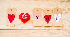 Vacances de Saint Valentin labels de papier avec des coeurs faits dans je t'aime le message avec le coeur de papier de redorigami Image stock