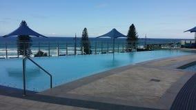 Vacances de station balnéaire de piscine d'infini Images stock