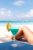 Vacances de station de vacances. Femme détendant avec le cocktail bleu du Curaçao photo stock