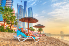 Vacances de Sun sur la plage du golfe Persique Photos libres de droits