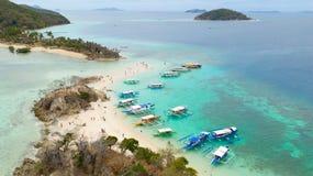 Vacances de touristes sur une petite ?le ?le tropicale avec la plage blanche photo stock