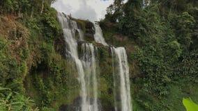 Vacances en cascade tropicale de Pakse Bolaven de forêt, avec la forêt tropicale verte, voyageant au Laos banque de vidéos