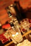 Vacances en verre de festin de boisson alcoolisée de glace de récréation de bouteille de vaisselle de café de hall de table de re Photos libres de droits