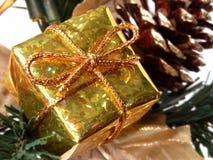 Vacances et saisonnier : Petit cadre de cadeau d'or images stock