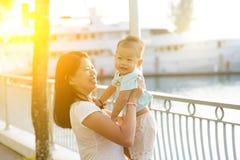 Vacances extérieures de mère et de fils photographie stock