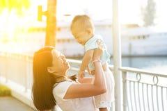Vacances extérieures de mère et de fils images libres de droits