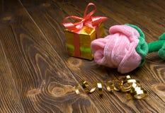Vacances/fond romantique/Saint Valentin avec la peluche rose et le boîte-cadeau sur la table en bois Images stock